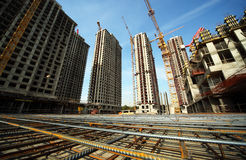 Tussen gebouwen in aanbouw en kranen Stock Foto