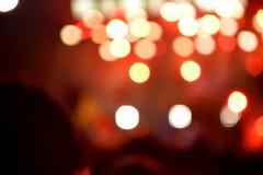 Tussen mensen met onscherpe stadiumverlichting bokeh Stock Afbeelding