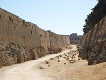 Tussen muren van oud Rhodos stock fotografie