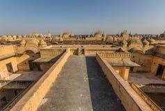 Tussen New Delhi en Pakistan, een desertic gebied beroemd van zijn kastelen, zijn kleurrijke mensen, en verfijnde stepwells stock foto