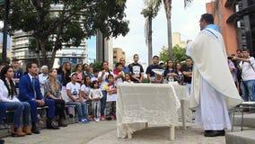 Tussentijdse President Juan Guaido woont massaviering in Caracas bij stock videobeelden