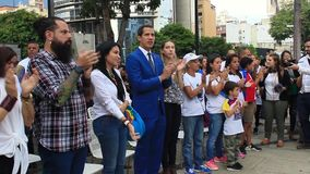 Tussentijdse President Juan Guaido woont massaviering in Caracas bij stock video