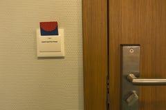 Tussenvoegsel van de hotel het zeer belangrijke kaart aan de controle van de machtsschakelaar van elektrisch binnen royalty-vrije stock fotografie