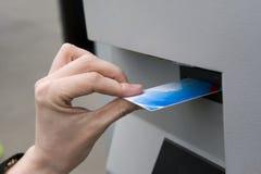 Tussenvoegsel van een plastic kaart royalty-vrije stock foto