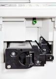 Tussenvoegsel van toner patroon in bureaukopieerapparaat stock foto