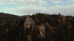Tustan废墟,一座老城堡在喀尔巴阡山脉在一好日子在夏天 股票视频