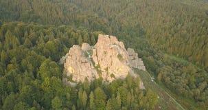 Tustan fortecy - archeologiczny i naturalny zabytek krajowy znaczenie, popularny turystyczny punkt zwrotny Urych, Karpacki Mounta zbiory wideo