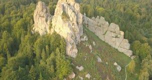 Tustanvesting - archeologisch en natuurlijk monument van nationale betekenis, populair toeristenoriëntatiepunt Urych, Karpatische stock video