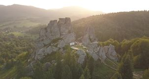 Tustanvesting - archeologisch en natuurlijk monument van nationale betekenis, populair toeristenoriëntatiepunt Urych, Karpatische stock footage