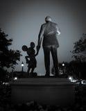 Tut sich Statue bei Disneyland Resort zusammen lizenzfreie stockbilder