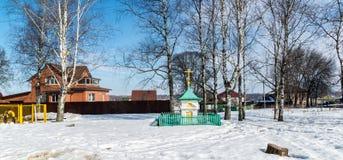 Tutaev, Rússia - 28 de março de 2016 capela pequena com uma cerca em Tutaev, Rússia Ring Travel dourado Foto de Stock