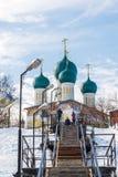 Tutaev, Rússia - 28 de março de 2016 Catedral da ressurreição em Tutaev, Rússia Ring Travel dourado Imagem de Stock