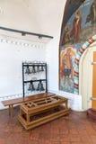 Tutaev Ryssland Kyrkliga klockor i korridoren av uppståndelsedomkyrkan Royaltyfri Bild
