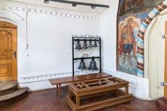 Tutaev Ryssland Kyrkliga klockor i korridoren av uppståndelsedomkyrkan Royaltyfria Foton