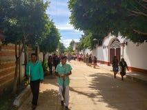 Tutejsi mieszkanowie chodzi w Calenda San Pedro w Oaxaca Zdjęcie Royalty Free