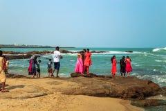 Tutejsi mieszkanowie oglądają zmierzch z wybrzeża Kanyakumari Obraz Stock