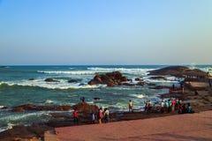 Tutejsi mieszkanowie oglądają zmierzch z wybrzeża Kanyakumari Fotografia Stock