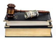 Tutela giudiziaria con i soldi del martelletto uno dei libri di legge Fotografie Stock Libere da Diritti