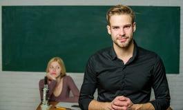 Tutelle de la jeunesse L'homme a bien toilett? le professeur attirant devant la salle de classe Hant? avec la connaissance Profes image stock