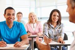 Tutor com classe de estudantes fotos de stock