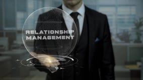 Tutor da profissão que apresenta o conceito da gestão do relacionamento com holograma em sua mão filme