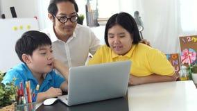 Tutor les enfants de pièce dans la classe apprenant sur l'ordinateur portable avec le professeur clips vidéos