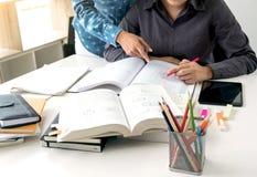 Tutor les livres avec les amis, le jeune campus d'étudiants ou les camarades de classe Photographie stock