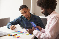 Tutor Using Learning Aids, zum des Studenten With Dyslexia zu helfen stockbilder