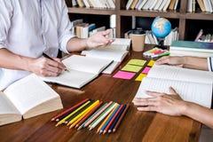 Tutorb?cher mit Freunden, jungem Studentencampus oder aufholendem Arbeitsbuch des Mitsch?lerhilfsfreunds und Lernen- Privatunterr stockfotografie