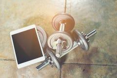 Tutorial de la pesa de gimnasia imagen de archivo libre de regalías