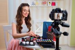 Tutorial del maquillaje de la grabación del blogger de la belleza imágenes de archivo libres de regalías