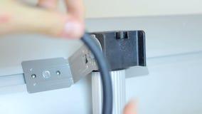 Tutorial en la determinación del calentador eléctrico infrarrojo, de reglas de la seguridad y de regulaciones almacen de metraje de vídeo