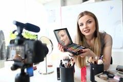 Tutorial video de registración de la belleza del Blogger joven imagen de archivo