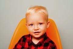 Tutta che abbia bisogno di è amore e cura Ragazzo sveglio del bambino Piccolo bambino Piccolo neonato con il fronte adorabile Pri fotografie stock