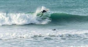 Tutta l'azione che pratica il surfing, spiaggia di Fistral, Newquay, Cornovaglia immagine stock libera da diritti