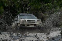 Tutta la corsa di funzionamento del veicolo 4x4 del terreno Fotografia Stock