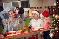 tutta la famiglia del pranzo di natale insieme immagini stock