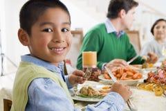 tutta la famiglia del pranzo di natale insieme fotografie stock