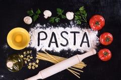 Tutta la pasta cucinata, tavolo da cucina Fotografia Stock