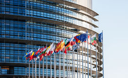 Tutte le bandiere di Unione Europea davanti all'Eu del Parlamento Fotografia Stock