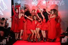 Tutte le celebrità ballano sul palco sulla pista al rosso di andare per la raccolta rossa 2015 del vestito dalle donne Fotografie Stock Libere da Diritti