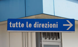 tutte LE direzioni (όλες οι κατευθύνσεις) σημάδι στοκ εικόνες με δικαίωμα ελεύθερης χρήσης