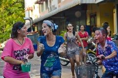 Tutte le età che hanno divertimento in Songkran, Tailandia Immagini Stock Libere da Diritti
