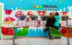 Tutti Frutti冰冻酸奶酪分支在购物中心 库存图片