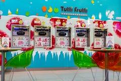Tutti Frutti冰冻酸奶酪分支在购物中心 库存照片