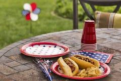 Tutti gli hot dog americani ad un cookout Fotografie Stock Libere da Diritti