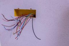 Tutti i tipi di cavi elettrici variopinti immagine stock