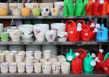 Tutti i tipi di vaso da fiori e di innaffiatoio su esposizione Fotografie Stock Libere da Diritti