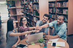 Tutti insieme! Concetto di riuscito lavoro di squadra Studente felice quattro Immagine Stock Libera da Diritti