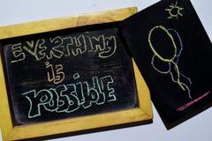 Tutto è possibile su scritto a mano variopinto di frase sulla lavagna immagini stock libere da diritti